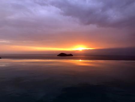 雲と海と美しい夕日