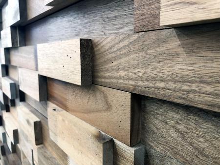 異なる色の木で作られた木製の長方形の装飾的な壁