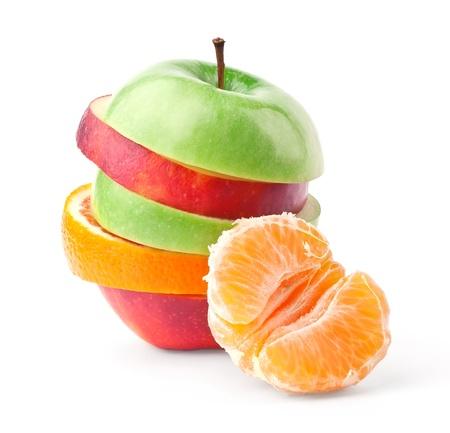 Strati di mele e arance con fetta di mandarino isolato su sfondo bianco