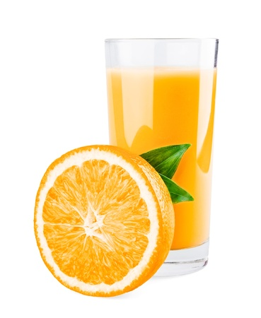 jugos: Vaso de jugo de naranja y media naranja con hojas aisladas sobre fondo blanco