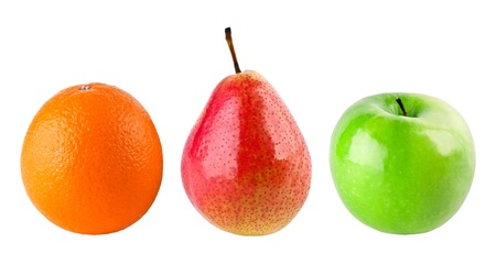 Manzana, pera y naranja sobre fondo blanco