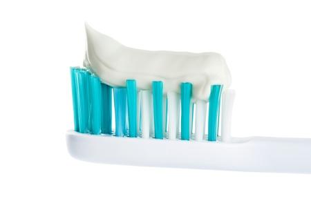 pasta dental: Cepillo de dientes con pasta de dientes en el fondo blanco