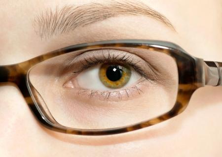 eye wear: Macro del ojo de la mujer desgaste marco de los vidrios