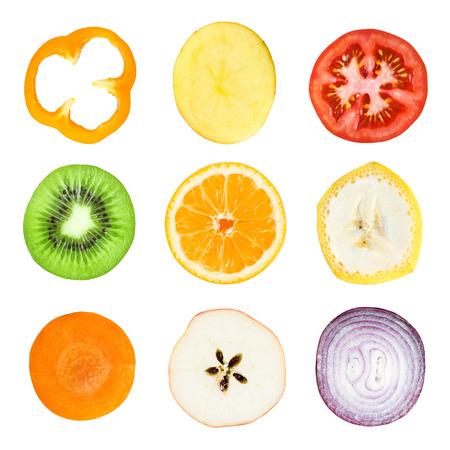 frutas tropicales: Colecci�n de frescas rebanadas de frutas y verduras en el fondo blanco. Naranja, kiwi, zanahoria, manzana, pl�tano, pimiento, patata, tomate y cebolla