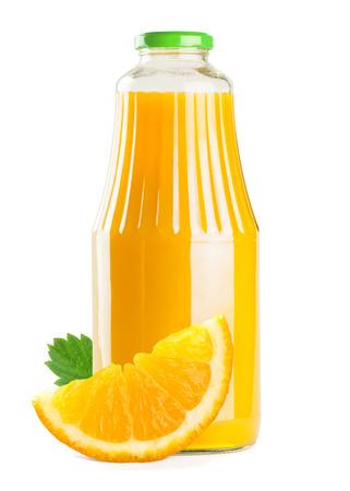 verre de jus d orange: Bouteille de jus d'orange sur fond blanc