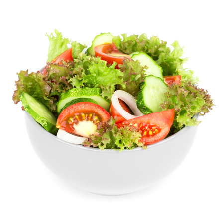 ensalada de verduras: Ensalada de verduras frescas sobre fondo blanco
