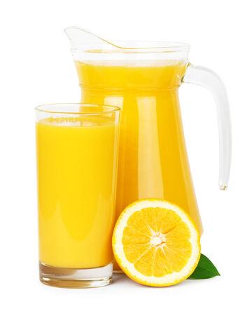 verre de jus d orange: Jus d'orange frais dans la cruche sur fond blanc