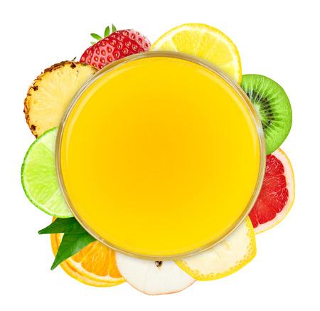 comiendo platano: Jugo de fruta fresca y rebanadas de fruta en el fondo blanco. Frutas concepto Foto de archivo