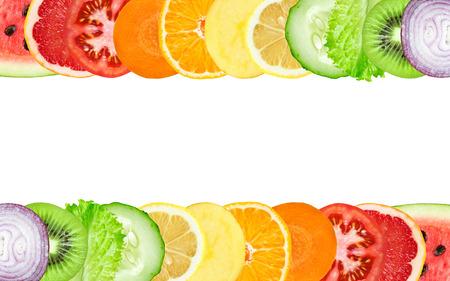 fruta: Rodajas de frutas y verduras de colores sobre fondo blanco. Concepto del alimento