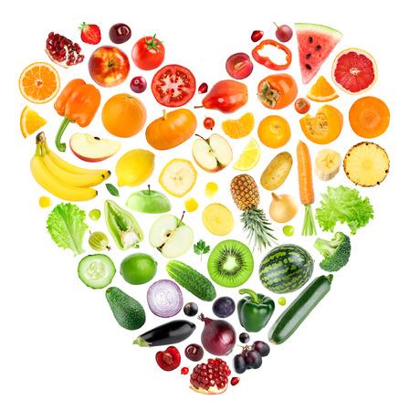 arcoiris: Corazón del arco iris de frutas y verduras en el fondo blanco. Comida fresca