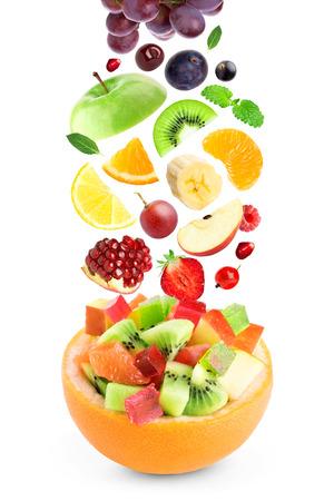 ensalada de frutas: Frutas de colores frescos en el fondo blanco Foto de archivo