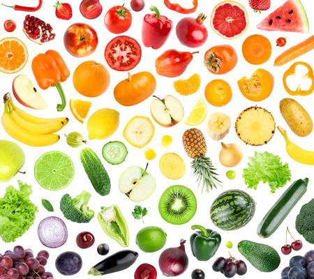frutas: Colección de frutas y verduras en el fondo blanco. Los alimentos frescos