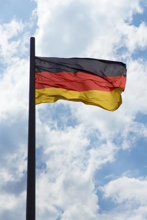bandera de alemania: Bandera de Alemania en el cielo azul Foto de archivo
