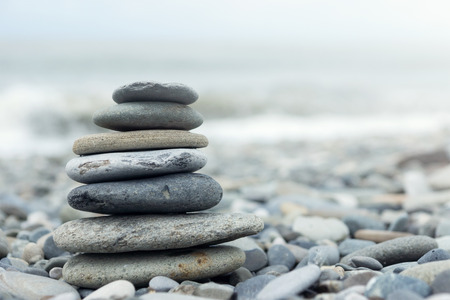 balanza: Pila de piedras en una orilla del mar. Concepto de equilibrio y armonía