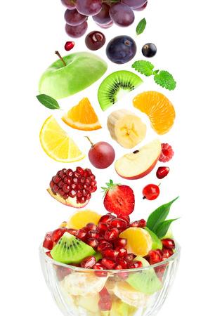 ensaladas de frutas: Frutas de colores frescos en el fondo blanco Foto de archivo
