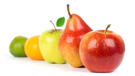 pera: Fruta fresca. Manzana, pera y primer de naranja sobre fondo blanco
