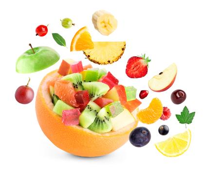ensalada de frutas: Ensalada de fruta sana en el fondo blanco Foto de archivo