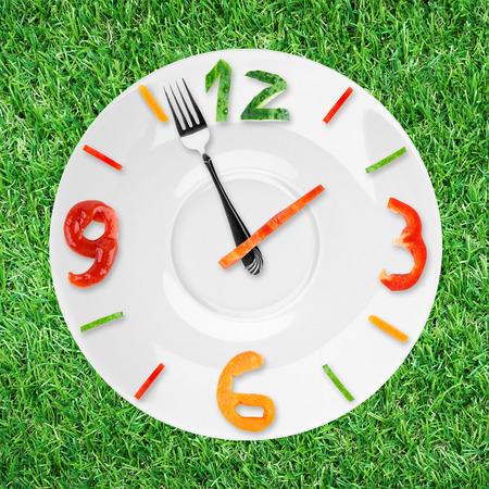 comida sana: Reloj de la Alimentaci�n. Concepto de alimentos saludables Foto de archivo