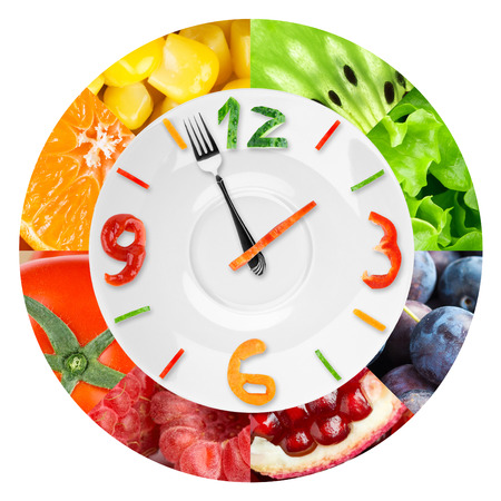 tentempié: Reloj de Alimentos con verduras y frutas. Concepto de alimentos saludables