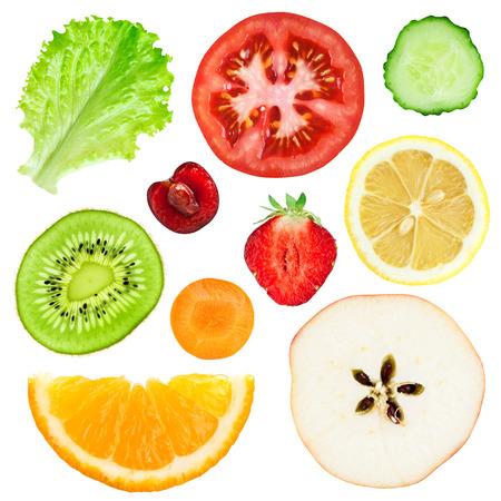 cereza: Colecci�n de frescas rebanadas de frutas y verduras en el fondo blanco