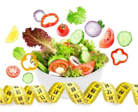 ensalada de verduras: Ensalada de verduras frescas en el fondo blanco. Concepto de la dieta. Comida sana