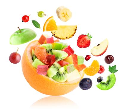 ensalada de frutas: Fruta fresca. Ensalada de fruta en el fondo blanco Foto de archivo