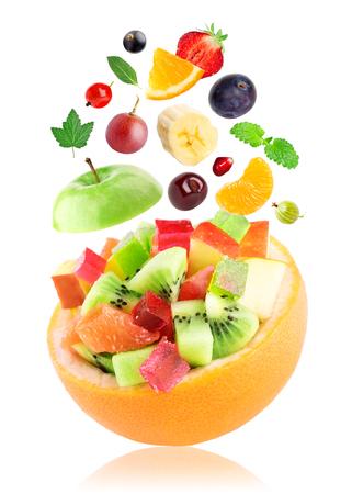 ensalada de frutas: Frutas. ensalada de frutas en un recipiente en el fondo blanco