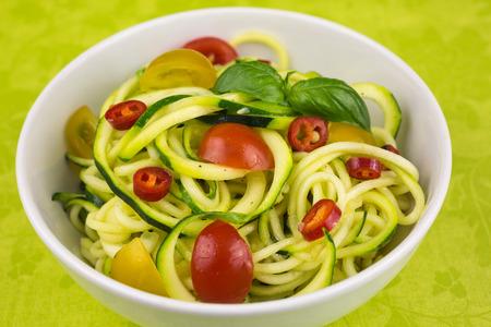 espiral: fideos de zucchini con tomates cherry y pimiento