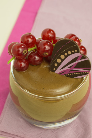 chocolade mousse: chocolate mousse with red currant