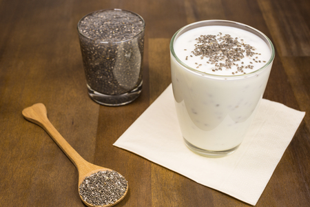 nutrientes: Las semillas de chía en remojo las semillas de chía en agua y yogur. Las semillas de Chia están cargados de nutrientes al mismo tiempo ser bajo en calorías.