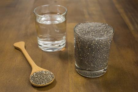 nutrientes: Las semillas de ch�a en remojo en agua. Las semillas de Chia est�n cargados de nutrientes al mismo tiempo ser bajo en calor�as. Foto de archivo
