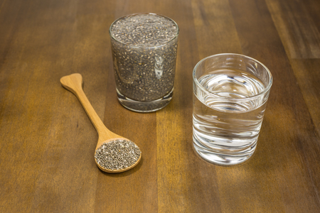 nutrientes: Las semillas de chía en remojo en agua. Las semillas de Chia están cargados de nutrientes al mismo tiempo ser bajo en calorías. Foto de archivo