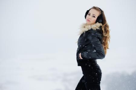 Schöne junge Mädchen beim Spielen im Schnee