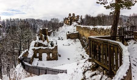Winter day in ruins Divci Kamen, Czech Republic. Banque d'images - 92094667