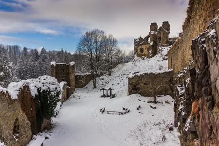 Winter day in ruins Divci Kamen, Czech Republic. Banque d'images - 92094680