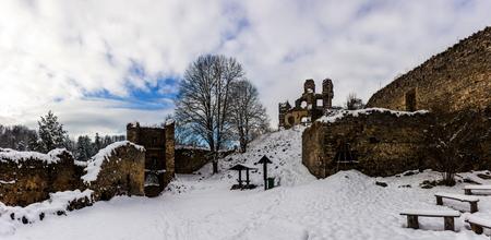 Winter day in ruins Divci Kamen, Czech Republic. Banque d'images - 92095880