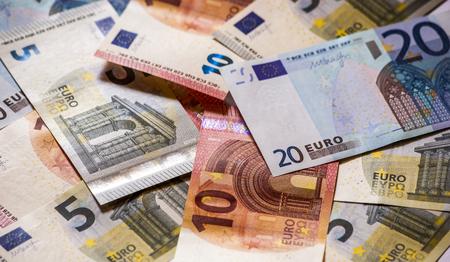Mucchio di banconote in euro di carta.
