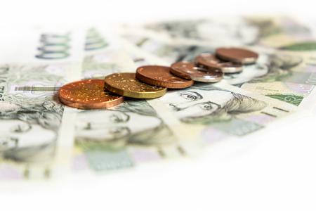 Primer plano de dinero checo sobre el fondo blanco.