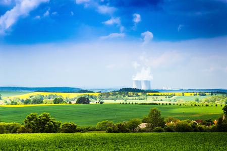 Czeska wieś z elektrownią na horyzoncie.