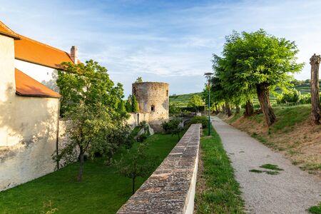Walls of Medieval city Retz in the region Weinviertel, Austria. 版權商用圖片 - 127655449