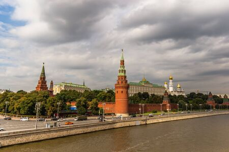 Landscape overlooking the river and buildings of the Moscow Kremlin. 版權商用圖片 - 135952831