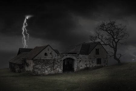 Scene of haunted house with thunderbolt in a dark sky. Old house at night. 版權商用圖片 - 134466819