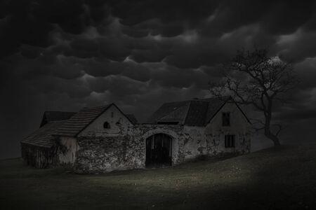 Spooky scene of haunted house and dark sky. Old house at night. 版權商用圖片