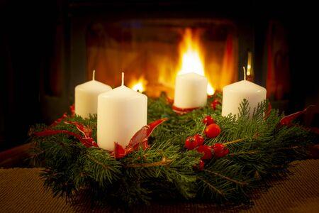 Weihnachtskranz auf dem Kaminhintergrund.