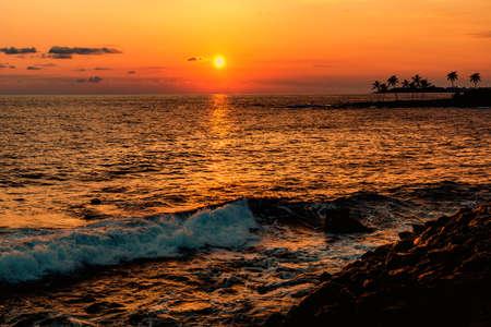 Sunset over ocean. Summer evening. Banque d'images