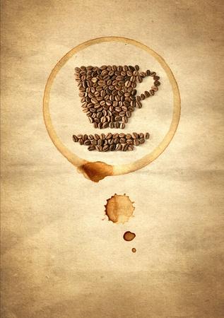 capuchino: Taza de caf� hecho de granos de caf� en el papel