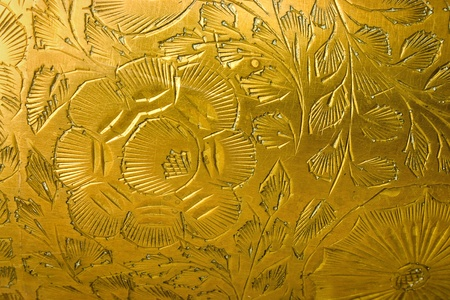 emboutissage: Estampage motif floral sur un vase de m�tal Banque d'images