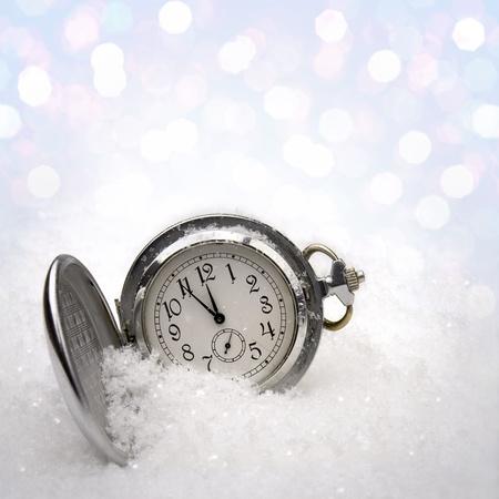 fin d annee: Regarder couch� dans la neige avant la nouvelle ann�e