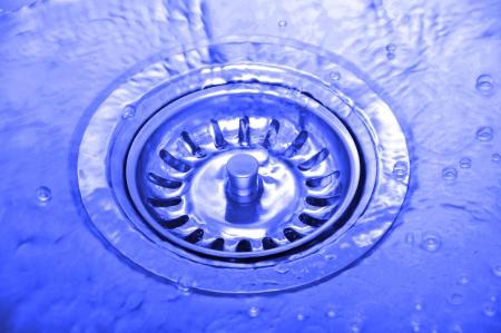 desague: De fondo con las salpicaduras de agua en el fregadero de la cocina Foto de archivo