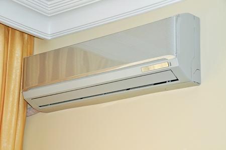 aire puro: Unidad de aire acondicionado bajo techo montado en pared de casa